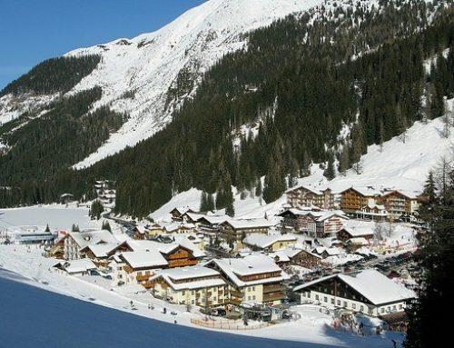 Heerlijk in de sneeuw op een skipiste en daarna lekker de aprés ski in