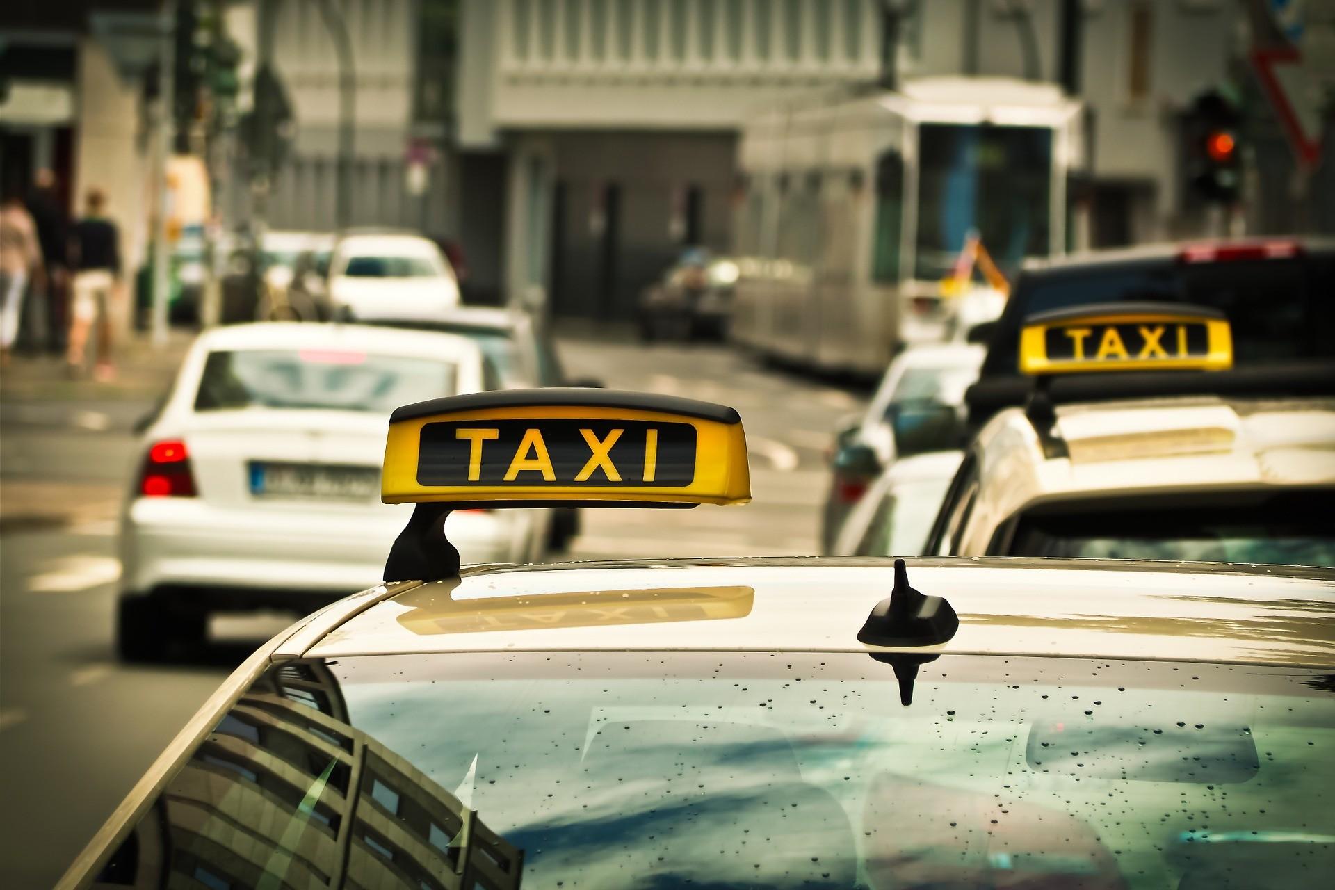 2 taxi's in de stad